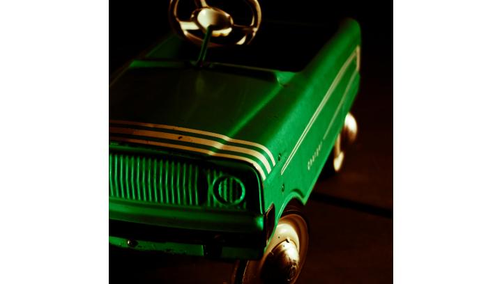 Złapany na jeździe na podwójnym gazie… w samochodzie dla dzieci!