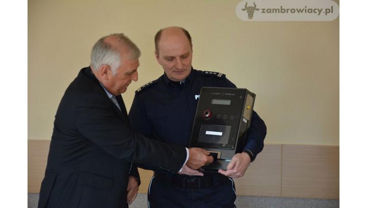 Samoobsługowy alkomat przekazany Komendzie Powiatowej Policji w Zambrowie